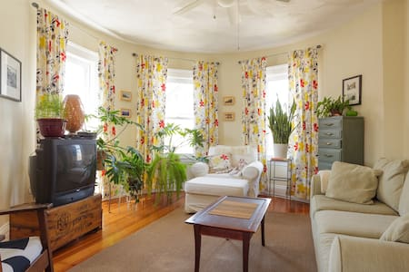 Bright 2BD/1BA, close to Red line T - max 4 people - Boston - Condominium