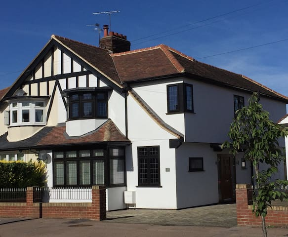 Beautiful Spacious 3 Bedroom House - Loughton - 獨棟