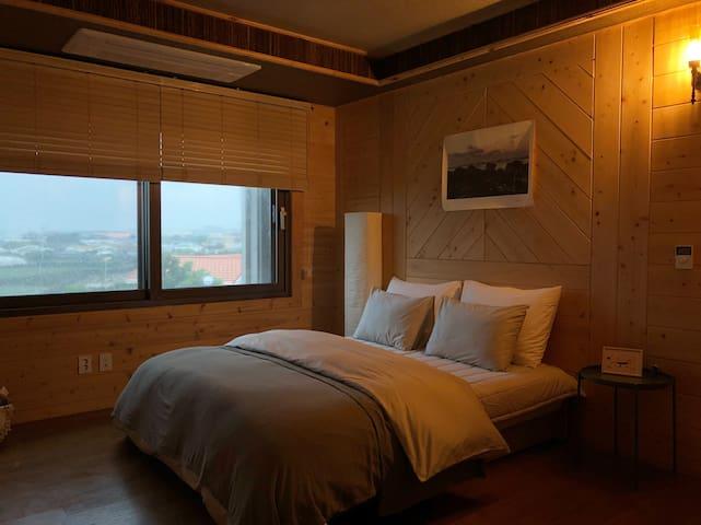 방1 (1층) 욕실이 같이있는 가장큰 방이에요.  킹사이즈 침대가 있습니다.