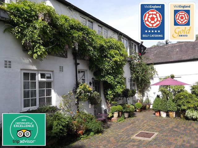 The Bird's Nest - hosted by Peak District Holidays