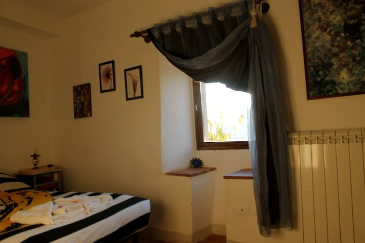 Smaller double room in old village - Ferentillo - Bed & Breakfast