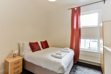 Quiet and Comfortable Room in Earlsfield (E2) - 런던