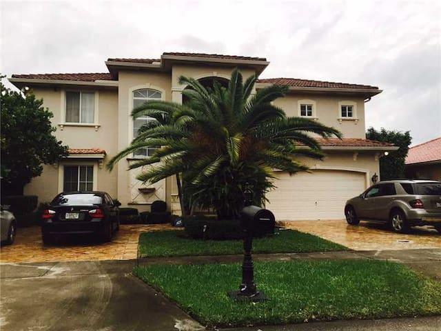 Miami Luxury Spanish Villa - Miami Lakes