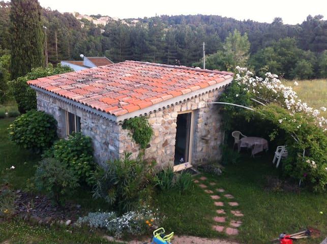 Joli studio indépendant avec jardin - Ailhon