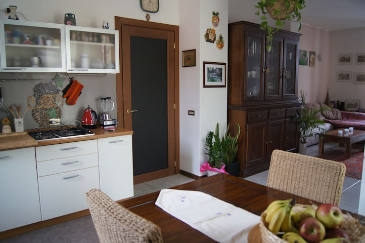 Cosy semi in classic Italian court - Ternate - Apartment