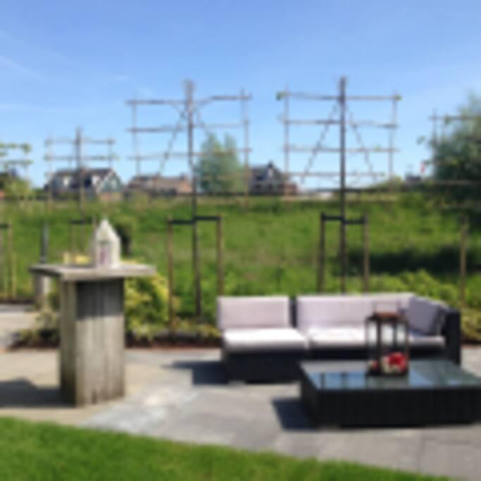 Statafel en deel van het terras, zon in de namiddag