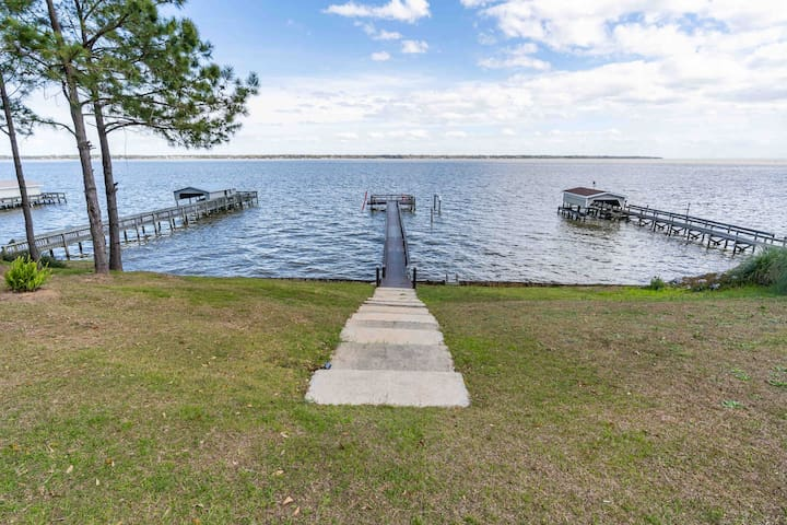 Lake front home on Lake Marion, 1 mile from I-95