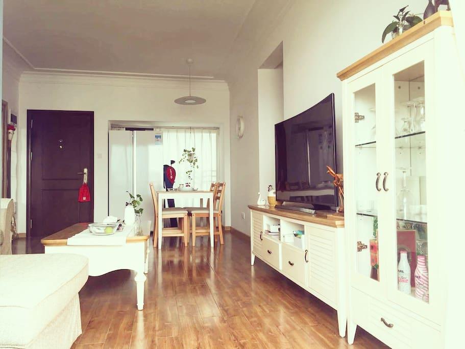客厅很宽敞 都是实木家具