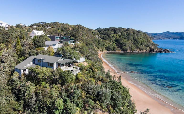Idyllic Beachfront Retreat With Fabulous Views - Waikawau - Ev