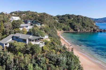 Idyllic Beachfront Retreat With Fabulous Views - Waikawau - 一軒家