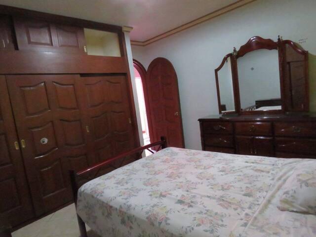 Cómoda habitación en casa grande