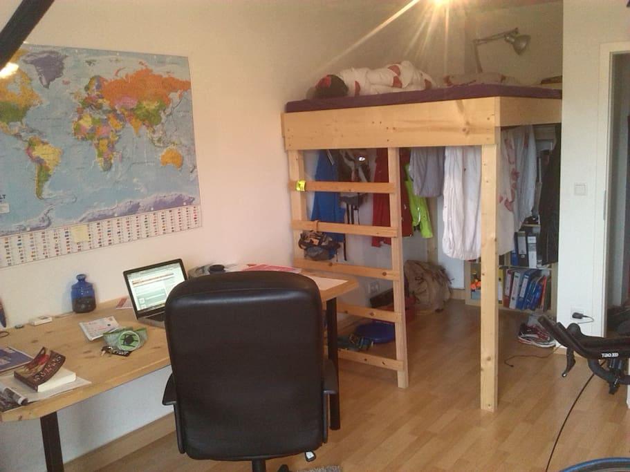 Schreibtisch und Hochbett