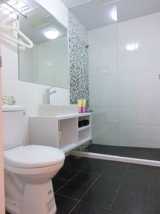 寬敞明亮的淋浴間