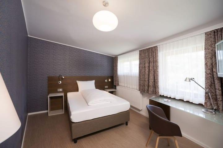 Hotel und Gasthaus Seehörnle, (Gaienhofen-Horn), Ateliereinzelzimmer, DU/WC, OG