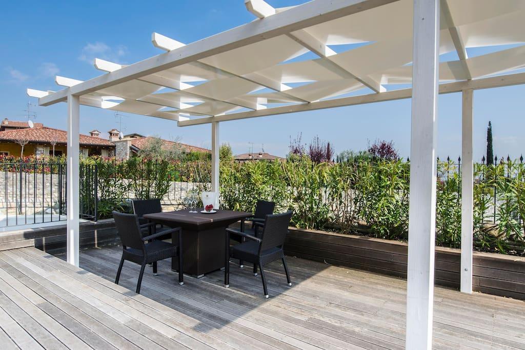 Aeneas a6 bellissimo trilo con piscina e garage for Appartamenti con una camera da letto con garage annesso