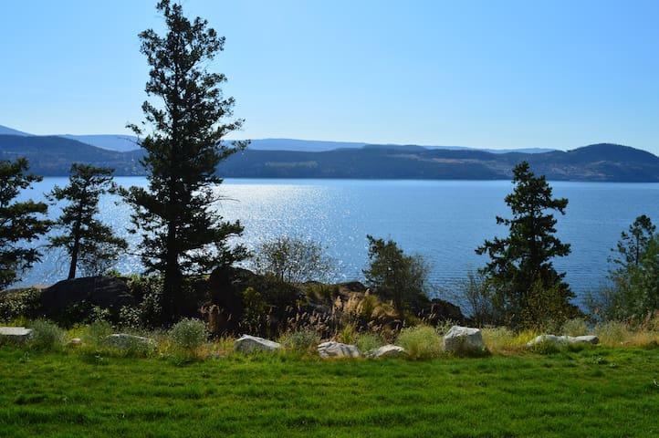 Lakeside Retreat, newer ground-level 3 Bdrm, 3 bth