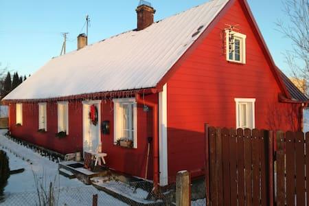 La acogedora casita roja te espera...