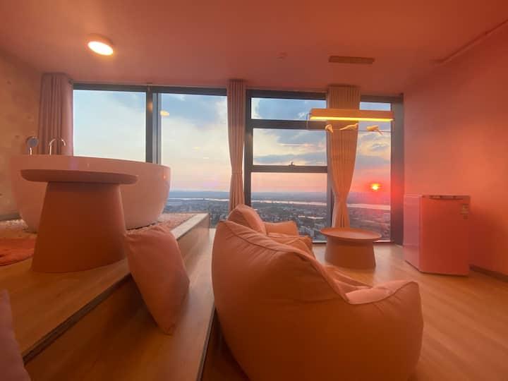 【帅杰的空中乌托邦】8号房 城市中心、粉红王国、超大榻榻米、智慧屏街机、双人浴缸、120寸高清巨幕