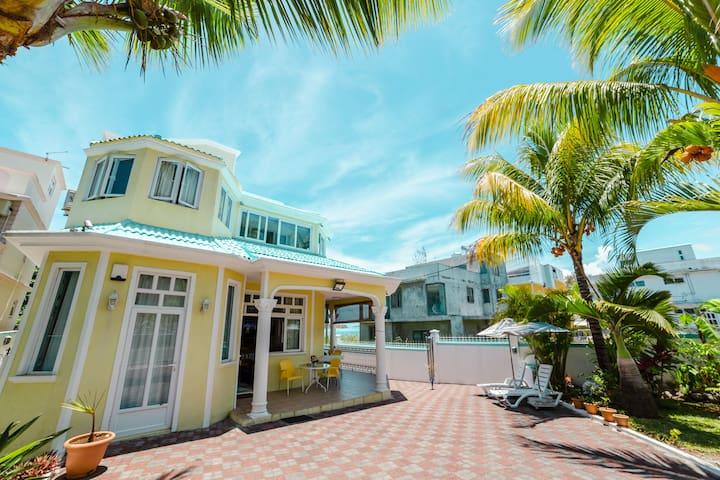 Villa Bella Blue Bay: Beachfront, Luxury 5 beds.
