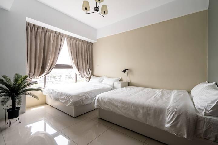 Main bedroom(two standard beds)/主臥(兩張標準雙人床)