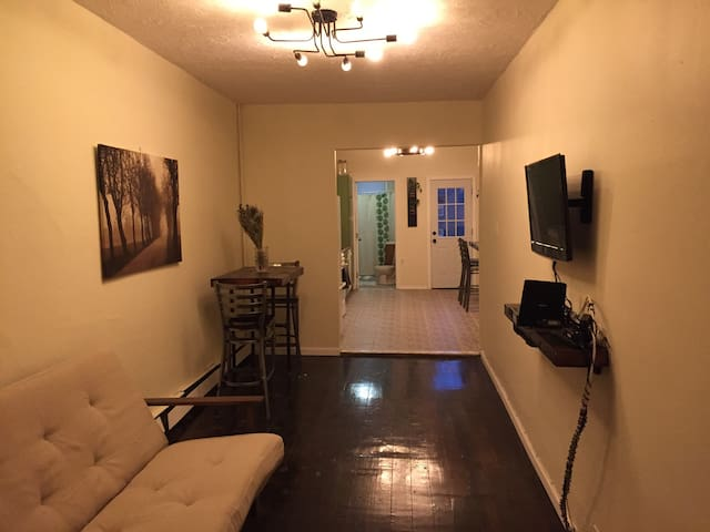 *Awesome Jersey City Apartment * Walk to NYC Path!