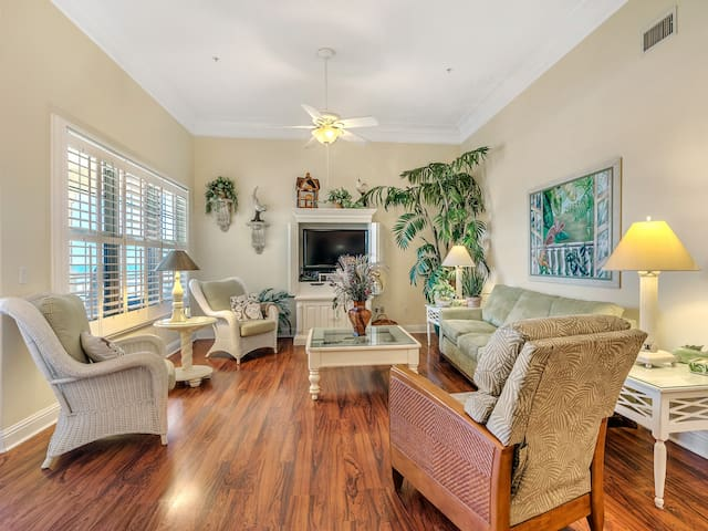 304W ~ Relax with beautiful Gulf views in this 3BR/3BA center condo