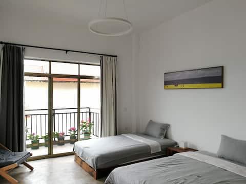 标准房、飘窗、落地窗、阳台、露台、院子、提供早餐、接送服务、可自己做饭。