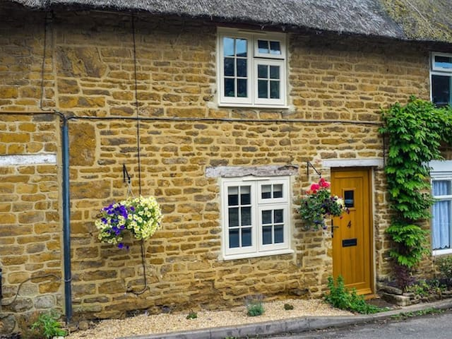HOOKY COTTAGE, character holiday cottage in Hook Norton, Ref 988863