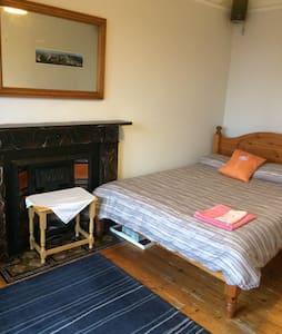 Bright and spacious double bedroom Slateford area - Edinburgh - Apartment
