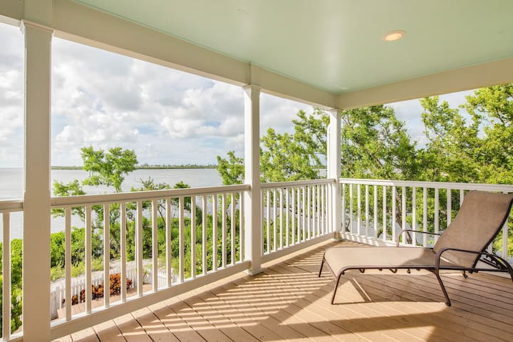 NEW LISTING! Waterfront townhouse w/ pool, fenced backyard &  deck - dogs ok