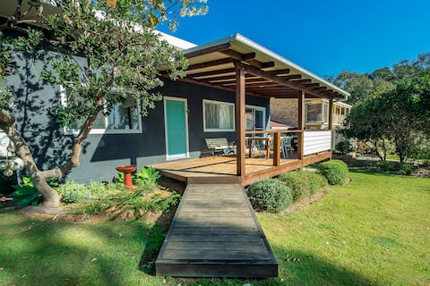 Tallowood beachfront cottage (pet friendly)