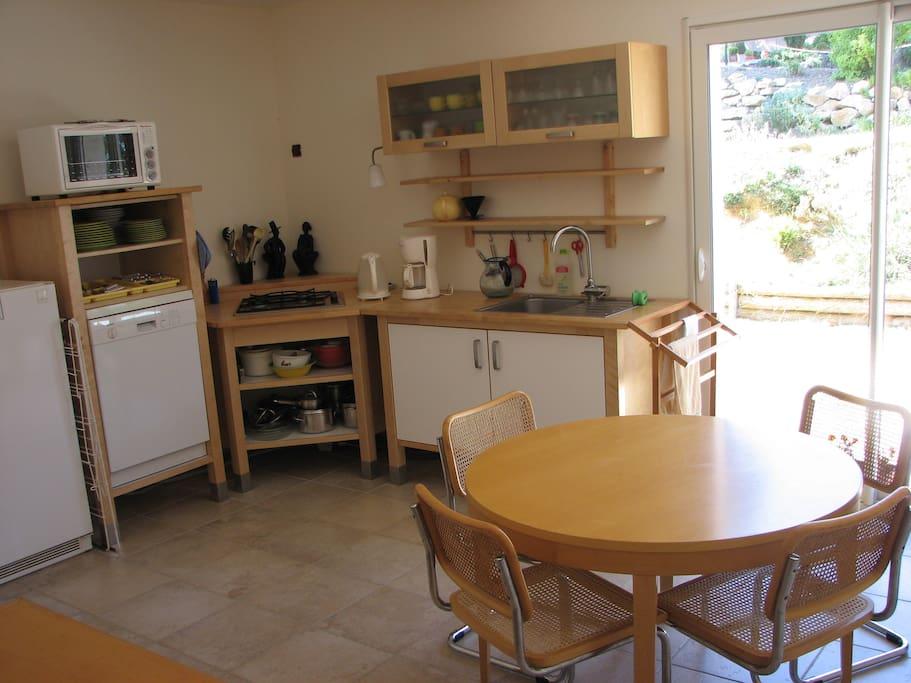 Cuisine lumineuse et spacieuse avec équipement complet - fours, lave-vaisselle, frigo, tables et chaises, matériel de cuisine, percolateur, bouilloire électrique