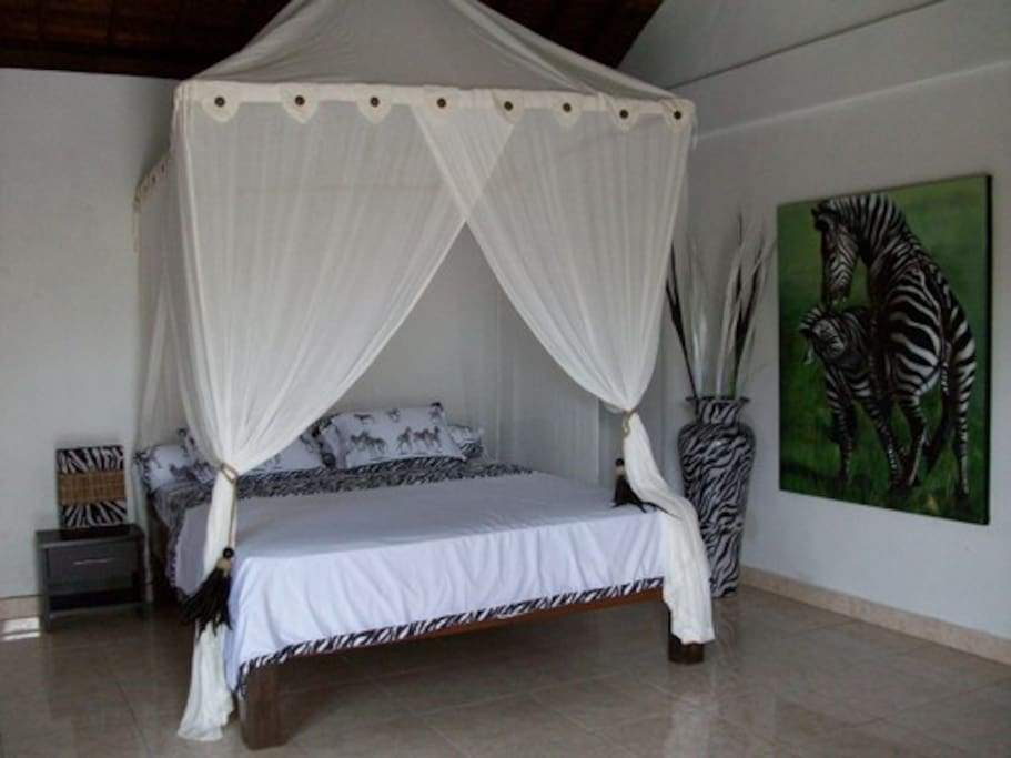 Zebra Bedroom 1 with air-conditoning and kingsized bed and ensuite bathroom with bathtub
