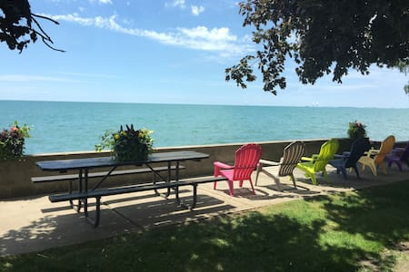 Lakeside Luxury, Gorgeous Lakefront Home - Amherstburg