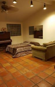 SPACIOUS BEDROOM/LIVING ROOM AREA - Los Angeles - Ev
