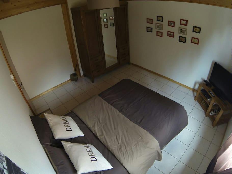 La chambre simple, confortable avec une petite touche artistique Hansi