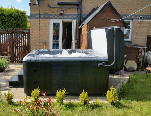 Hot tub & Parking & Cosy Room in West End House
