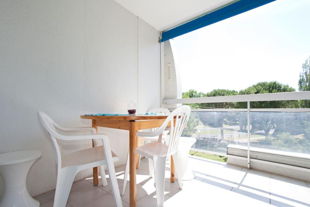 Terrasse avec rideau roulant pare-soleil