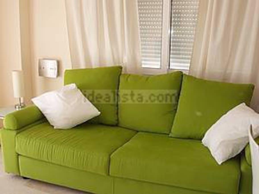 Un sofá de los más cómodo, se está muy fresquito aquí por las noches con la  ventana que tiene detrás y la terraza de delante podrás  vigilar  a los niños todo el tiempo