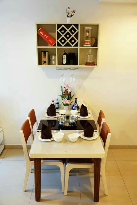 客厅餐桌、酒柜