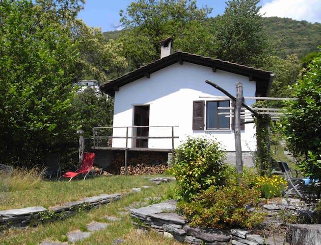 Haus am Waldrand mit Aussicht - Locarno - Huis