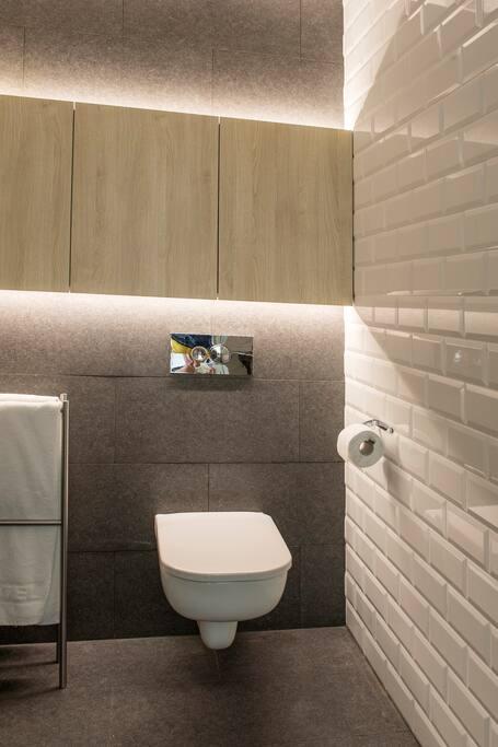 Łazienka - podwieszane WC, umywalka, prysznic, pralka - do wyłącznej dyspozycji naszych gości