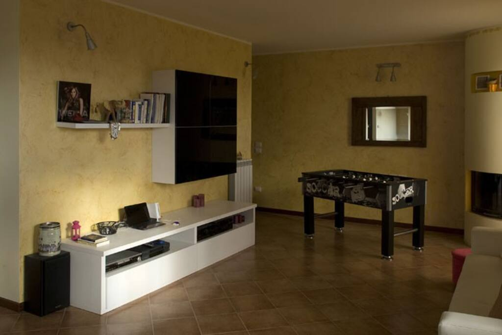 salone con Tv satellitare cd e dvd