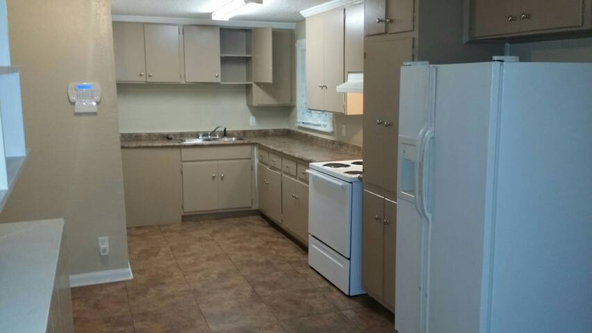 New open 4bedrm/2 bathrm w/WIFI!! - Montgomery - Huis