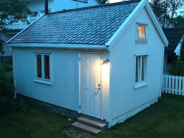 Sjarmerende uthus 16 m2 med hems