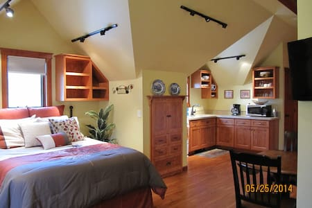 Spacious Carriage House Studio