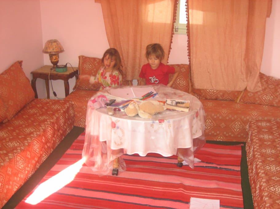 petit salon berbère serve aussi pour les petits enfants
