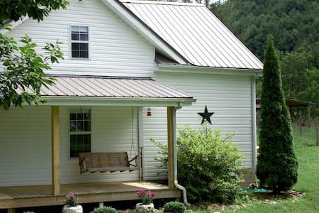 19th C. Farmhouse: enjoy creek, trails, & wildlife
