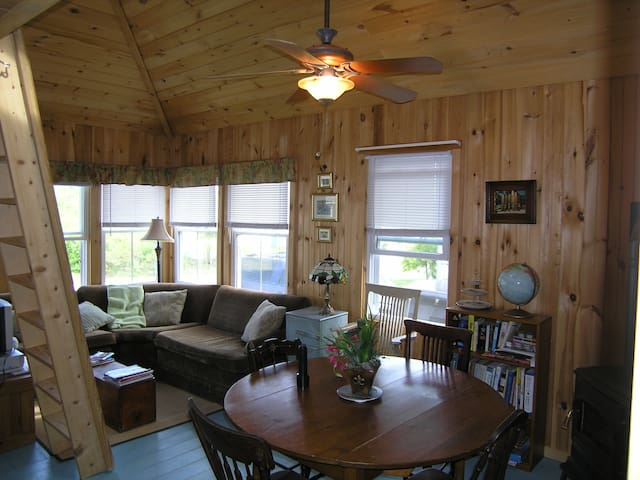 Cottage 75 yards from Higgins Beach!