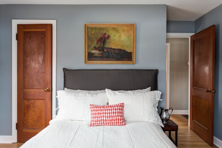 Master bedroom with queen bed- luxurious linens and super comfortable mattress.